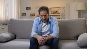 Gedeprimeerd mannetje die op middelbare leeftijd aan eenzaamheid, psychologische problemen, crisis lijden stock video
