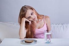 Gedeprimeerd meisje met het eten van wanorde royalty-vrije stock foto's