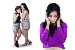 Gedeprimeerd meisje met vrienden het roddelen Stock Foto's
