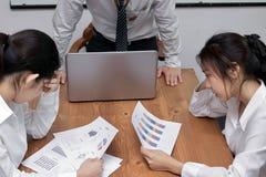 Gedeprimeerde beklemtoonde jonge Aziatische bedrijfsvrouwen die aan streng probleem tussen vergadering in conferentieruimte lijde royalty-vrije stock foto
