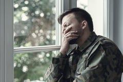 Gedeprimeerde eenzame militair met emotioneel probleem en oorlogssyndroom royalty-vrije stock foto's