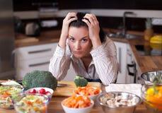 Gedeprimeerde en droevige vrouw in keuken Stock Fotografie