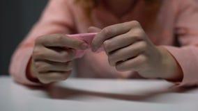 Gedeprimeerde jonge dame die roze kindsok wrijven en in wanhoop, onvruchtbaarheid schreeuwen stock videobeelden