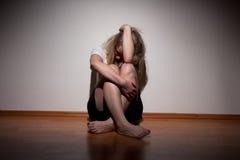 Gedeprimeerde jonge eenzame vrouw Royalty-vrije Stock Afbeelding