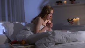 Gedeprimeerde meisjeszitting onbeweeglijk in bed, die het levensmotivatie, hopeloosheid niet hebben stock footage