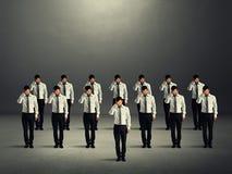 Gedeprimeerde menigte in donkere ruimte Royalty-vrije Stock Fotografie