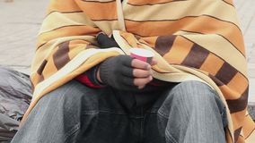 Gedeprimeerde mens die van koude beven, die voor geld, dakloosheid, armoede bedelen stock footage