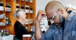 Gedeprimeerde mens die zich met bier bij tegen4k bevinden stock videobeelden
