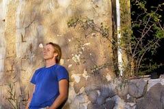 Gedeprimeerde mens naast verlaten huis Royalty-vrije Stock Foto