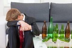 Gedeprimeerde thuis gedronken zakenman royalty-vrije stock afbeelding