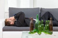 Gedeprimeerde thuis gedronken zakenman Royalty-vrije Stock Foto