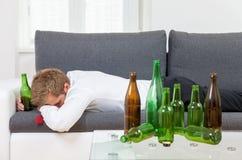Gedeprimeerde thuis gedronken zakenman Royalty-vrije Stock Foto's