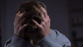 Gedeprimeerde tiener die aan emotionele problemen, sterke hoofdpijn, teleurstelling lijden stock video
