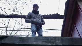 Gedeprimeerde tiener die neer hopeloos vanaf bovenkant van dak, zelfmoordimpuls kijken stock video