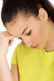 Gedeprimeerde tienervrouw wat betreft hoofd Stock Foto's