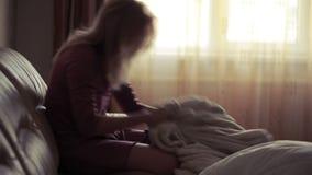 Gedeprimeerde vrouw in bed meisje die op de laag schreeuwen scherpe berg stock videobeelden