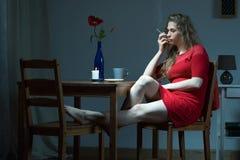 Gedeprimeerde vrouw bij nacht Stock Foto's