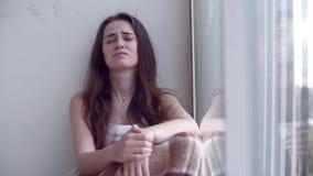 Gedeprimeerde vrouw die door het venster schreeuwen stock videobeelden