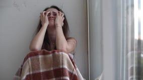Gedeprimeerde vrouw die door het venster schreeuwen stock footage