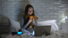 Gedeprimeerde vrouw die koesterend speelgoed, die verloren baby, onvruchtbaarheidsconcept missen schreeuwen stock video