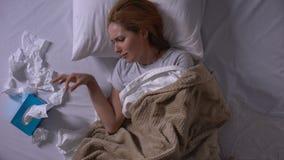 Gedeprimeerde vrouw die luid het liggen in bed en het strijken van blad, pijn schreeuwen van verlies stock footage