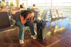 Gedeprimeerde vrouw die voor vliegtuig wacht op Royalty-vrije Stock Afbeelding