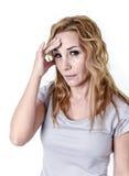 Gedeprimeerde vrouw die wanhopig in de uitdrukking die van het pijngezicht aan migraine en hoofdpijn lijden kijken royalty-vrije stock afbeeldingen