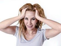Gedeprimeerde vrouw die wanhopig in de uitdrukking die van het pijngezicht aan migraine en hoofdpijn lijden kijken royalty-vrije stock foto's