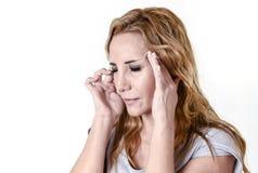 Gedeprimeerde vrouw die wanhopig in de uitdrukking die van het pijngezicht aan migraine en hoofdpijn lijden kijken stock afbeelding