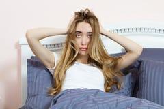 Gedeprimeerde vrouw wakker in de ochtend, is zij uitgeput en lijdend aan slapeloosheid Het lijden van aan meisje aan slapelooshei stock afbeelding