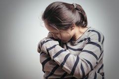 Gedeprimeerde vrouwen die in de donkere alleen ruimte zitten, droefheid, emotioneel concept stock foto's