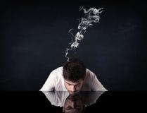 Gedeprimeerde zakenman met rokend hoofd royalty-vrije stock fotografie