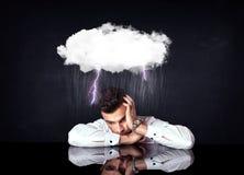 Gedeprimeerde zakenmanzitting onder een wolk royalty-vrije stock foto