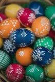 Gedetailleerd macroschot van met de hand geschilderde kleurrijke paaseieren in een decoratief nest stock foto's