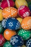 Gedetailleerd macroschot van met de hand geschilderde kleurrijke paaseieren in een decoratief nest royalty-vrije stock afbeeldingen