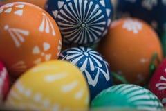 Gedetailleerd macroschot van met de hand geschilderde kleurrijke paaseieren in een decoratief nest stock afbeelding