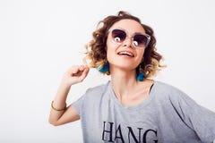 Gedetailleerd portret van schoonheidsvrouw in zonnebril luchtkus, krullend haar, manieruitrusting, jonge hipster Stock Afbeelding