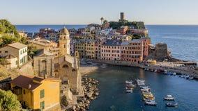 Gedetailleerd satellietbeeld van het historische die centrum van Vernazza door het gouden licht van zonsondergang, Cinque Terre,  royalty-vrije stock fotografie