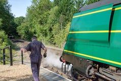 Gedetailleerd vooraanzicht van een beroemde, Britse Stoomlocomotief die het laten tonen van stoom terwijl bij een station royalty-vrije stock foto's