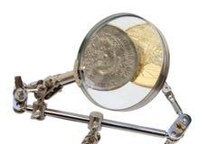 Gedetailleerde analyse van munten stock foto