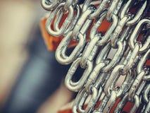 Gedetailleerde close-up, partij van zilveren kettingen stock foto's
