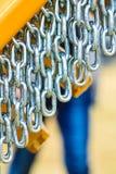 Gedetailleerde close-up, partij van zilveren kettingen stock afbeeldingen