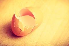 Gedetailleerde close-up van lege gebarsten eierschalen Stock Foto