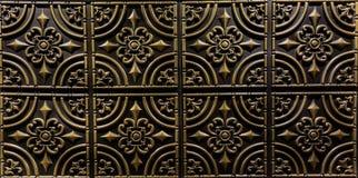 Gedetailleerde close-upmening van de donkere bruine tegels van het kleuren binnenlandse decoratieve plafond Stock Afbeeldingen