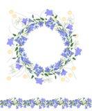 Gedetailleerde contourkroon en naadloze die patroonborstel withbluebells en kruiden op wit worden geïsoleerd Eindeloze horizontal Stock Foto's