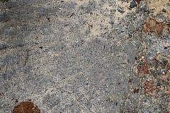 Gedetailleerde dichte omhooggaande oppervlakte van asfalt op straten met kleine stenen en barsten stock fotografie