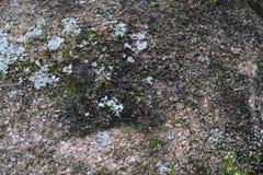 Gedetailleerde dichte omhooggaande oppervlakte van asfalt op straten met kleine stenen en barsten royalty-vrije stock foto's
