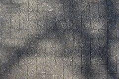 Gedetailleerde dichte omhooggaande oppervlakte van asfalt op straten met kleine stenen en barsten royalty-vrije stock fotografie