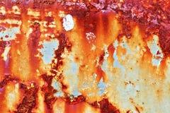 Gedetailleerde dichte omhooggaande textuur van bruine en witte roestige metaaloppervlakten in hoge resolutie stock fotografie
