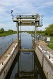 Gedetailleerde die mening van een systeem van het rivierslot door kanaal wordt gebruikt en narrowboats Stock Afbeelding